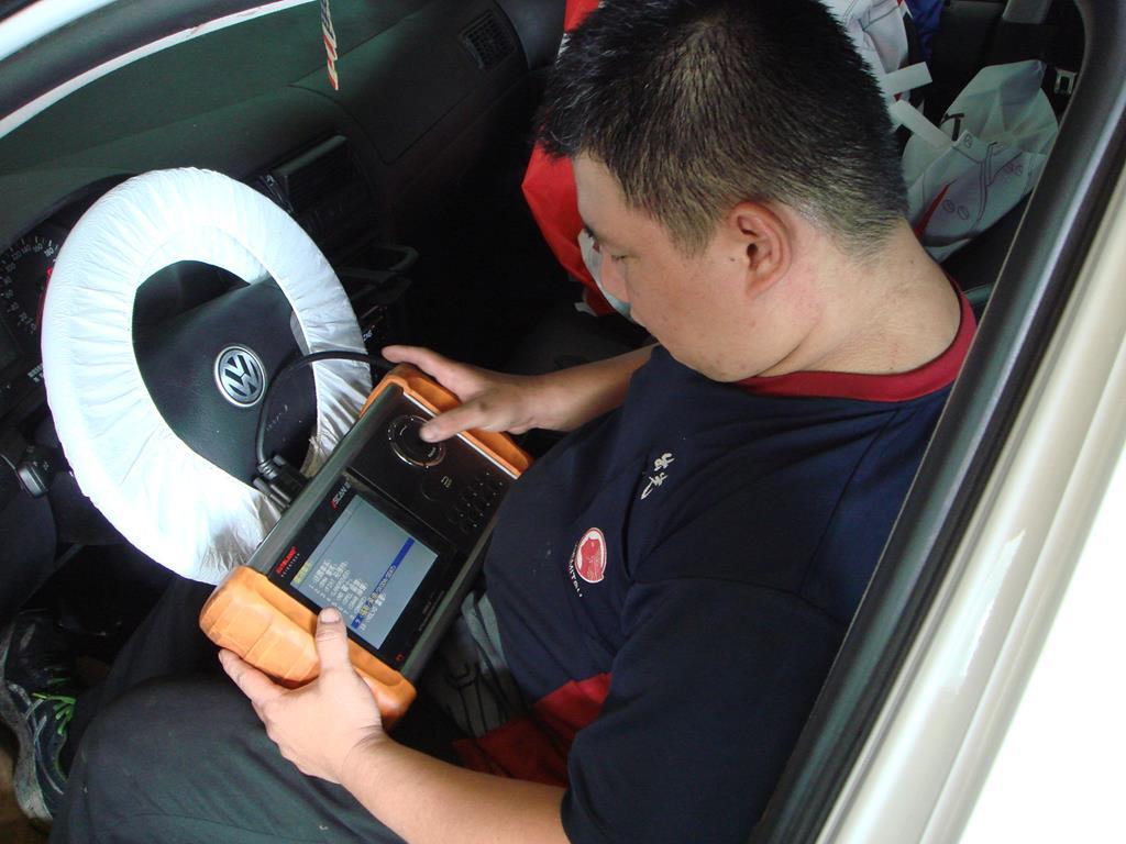 新北市新莊區凱承汽車修護廠 蘇老闆為車輛做電腦診斷情況