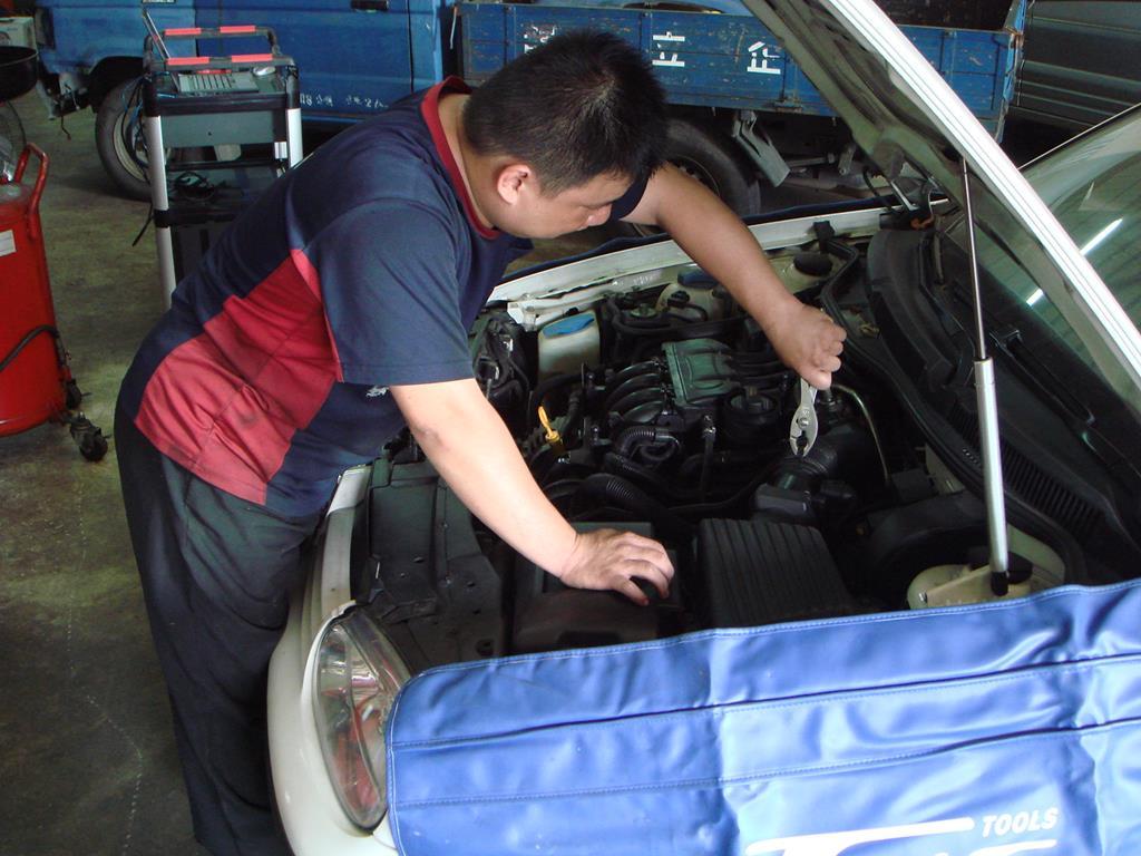 新北市新莊區凱承汽車修護廠 維修時也會鋪上施工防刮毯