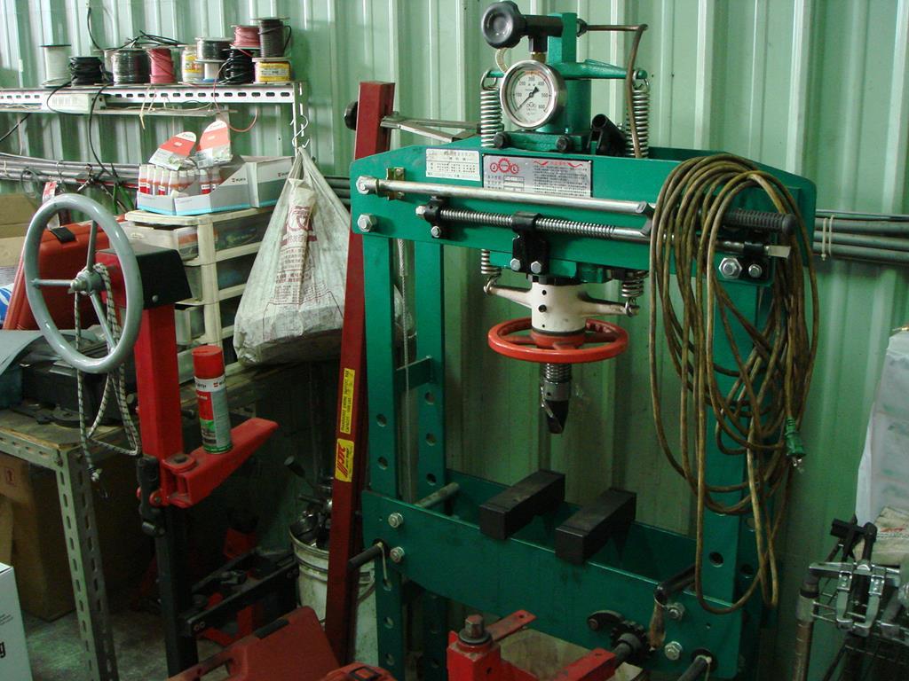 新北市新莊區凱承汽車修護廠 備有底盤零件維修油壓機