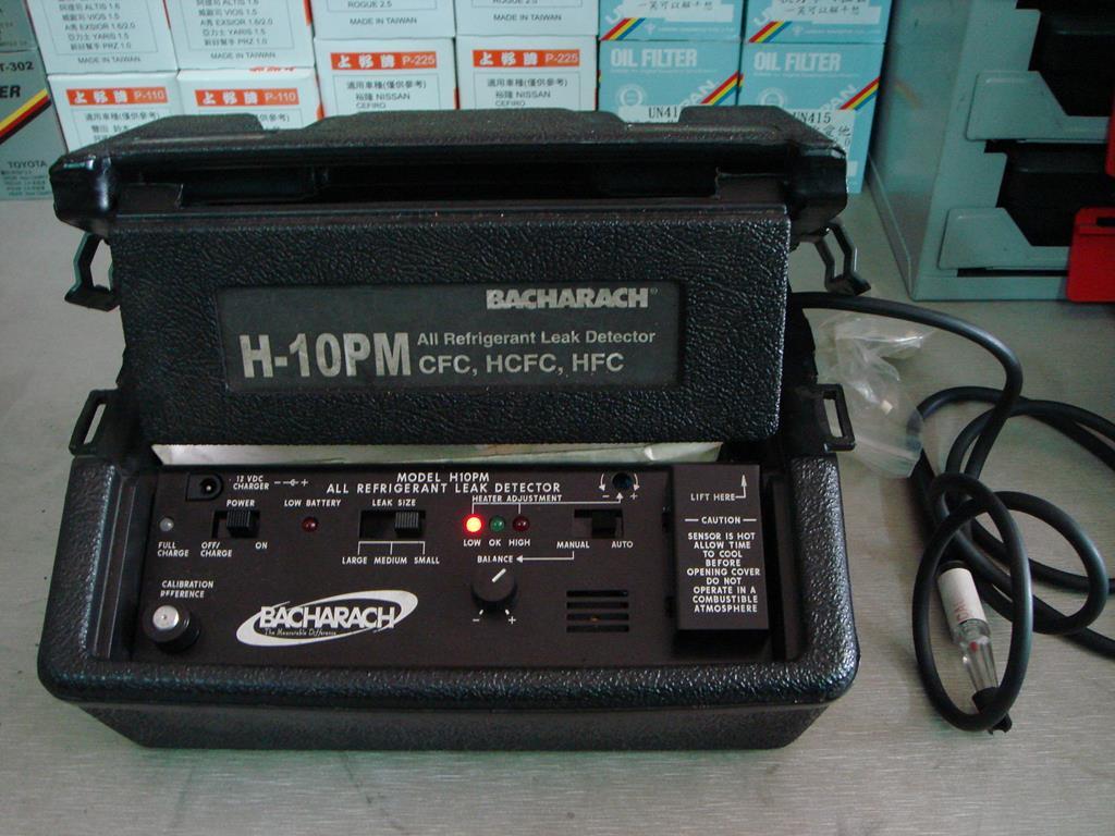 新北市新莊區凱承汽車修護廠 備有電子式冷氣管路測漏檢測機