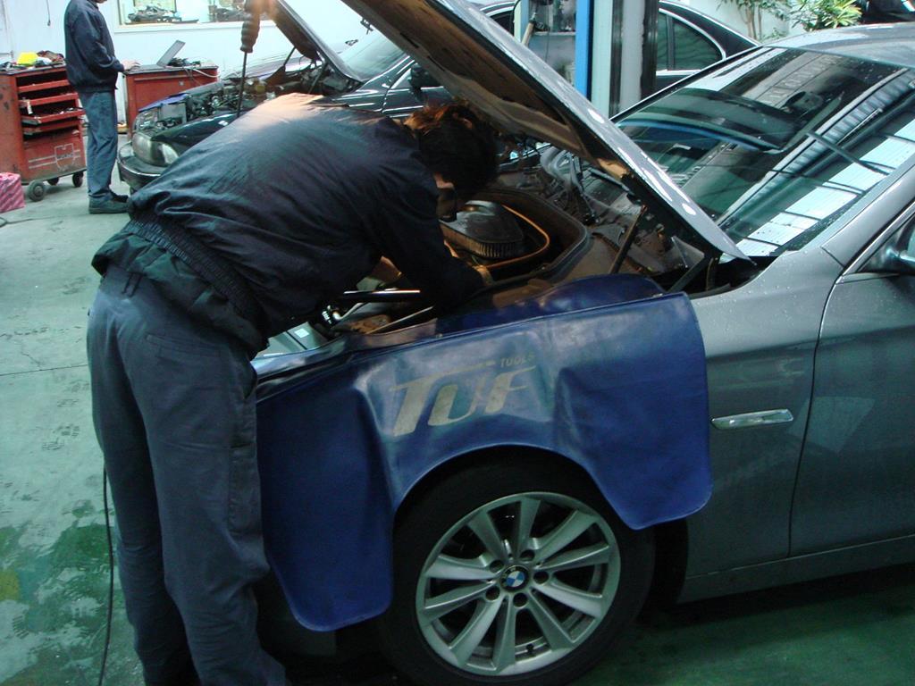 桃園玉成汽車,技師鋪上防刮毯,避免維修時造成漆面的細痕刮傷