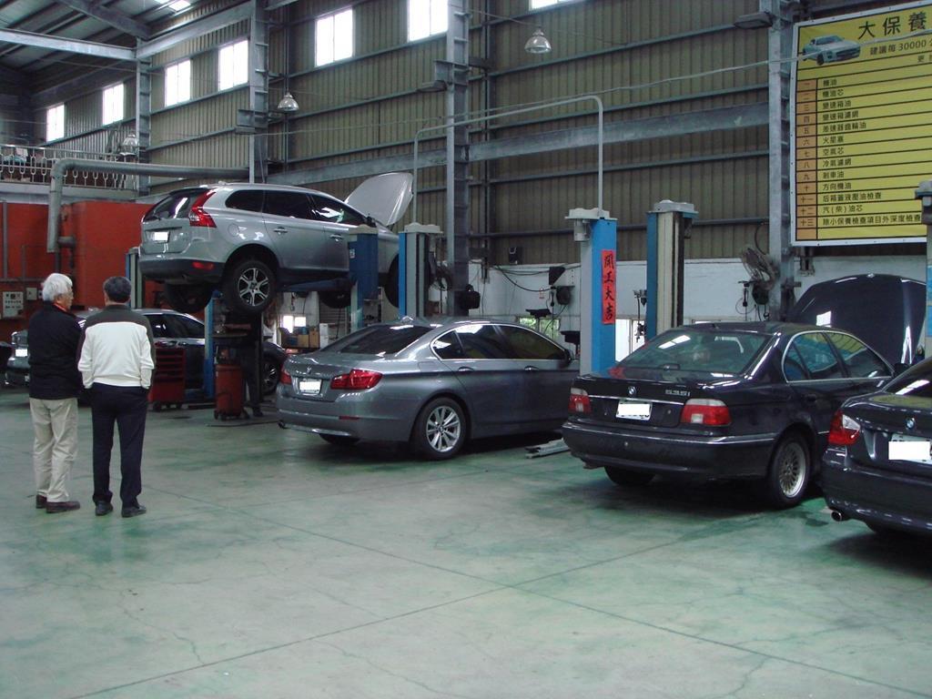 劉老闆在維修區,細心的向車主說明車輛問題狀況