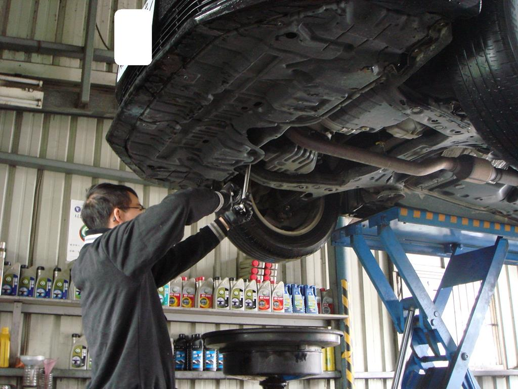 銓通汽車修護廠,技師在為車輛進行保養時情況