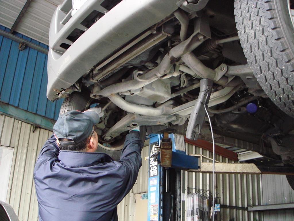 銓通汽車修護廠,彭老闆正在檢查底盤異音情況