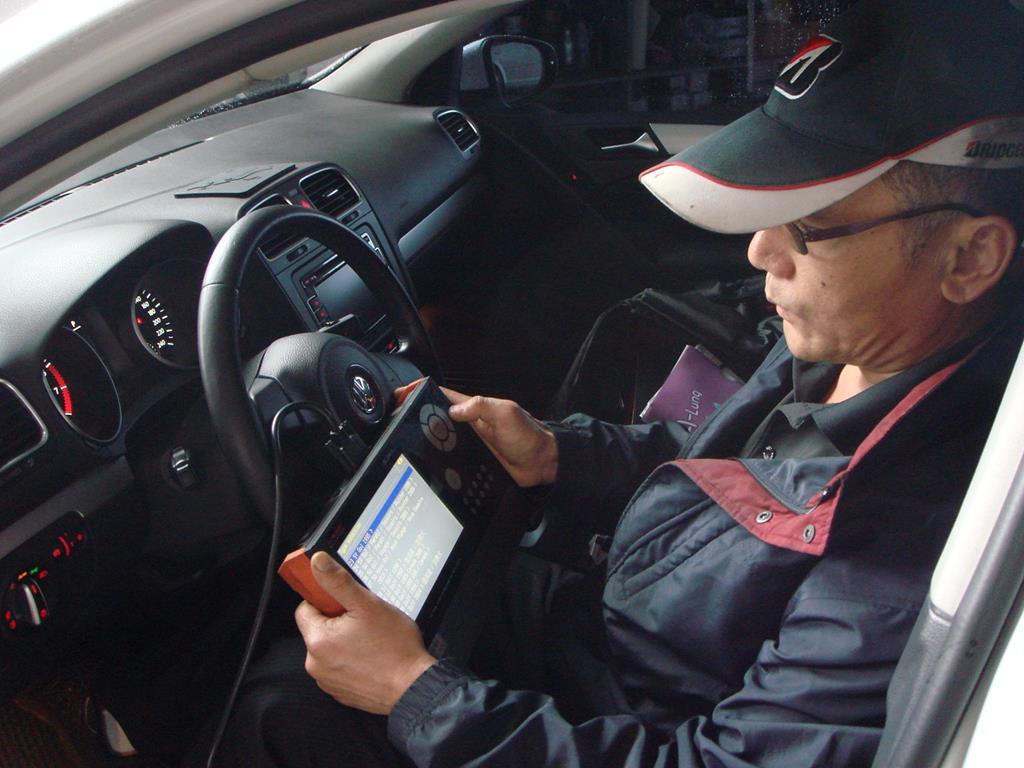 銓通汽車修護廠,診斷電腦檢查車輛引擎系統情況