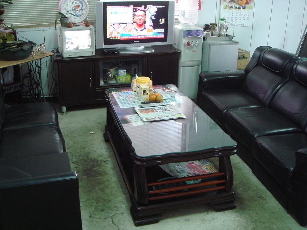 客戶休息區,提供電視書刊及報子,飲料等候時使用