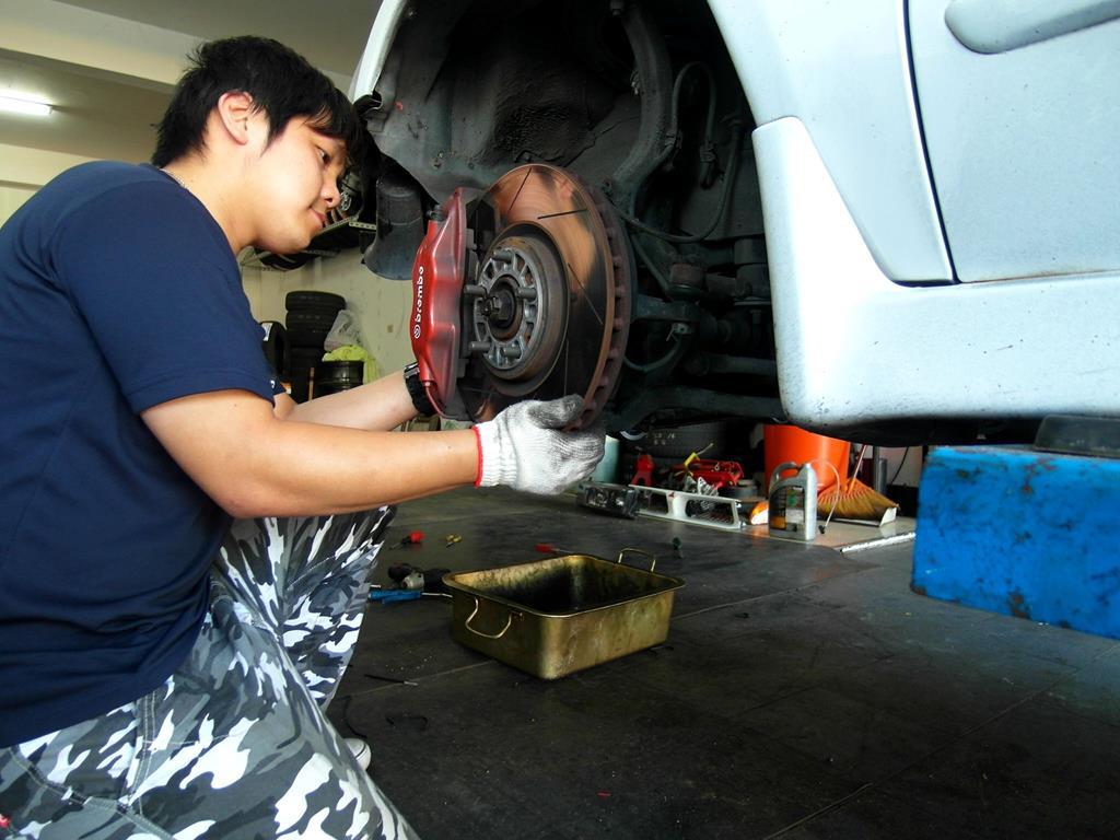桃園市龜山區推薦汽車維修保養修車輪胎汽車廠丸本輪業檢查中