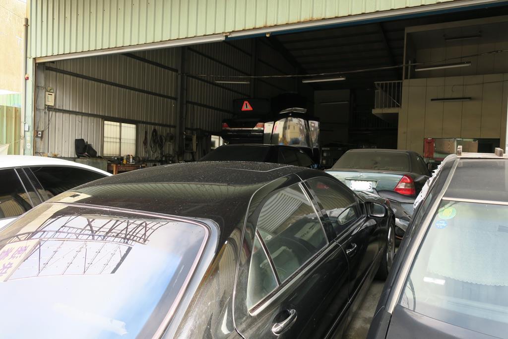 台南市東區推薦維修廠賓紳汽車店門口眾多車輛