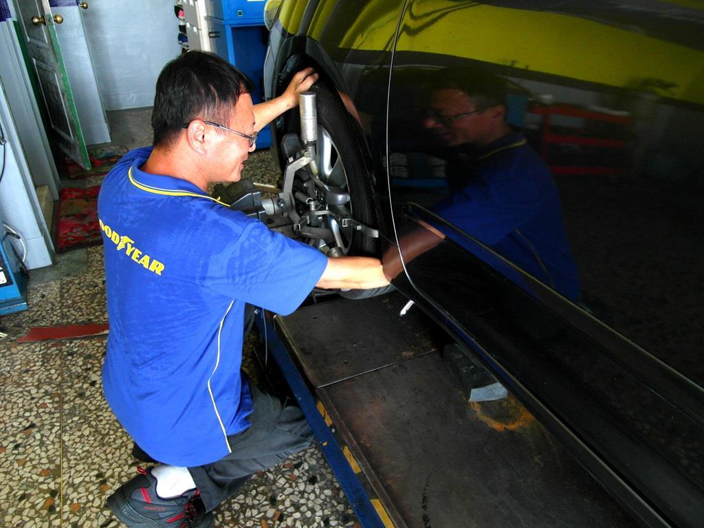 台中市東區推薦修車廠弘晟輪胎行四輪定位安裝