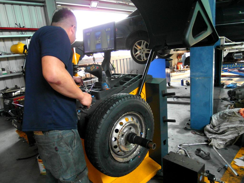 彰化縣鹿港鎮推薦汽修廠固特異-全品輪胎行調整維修