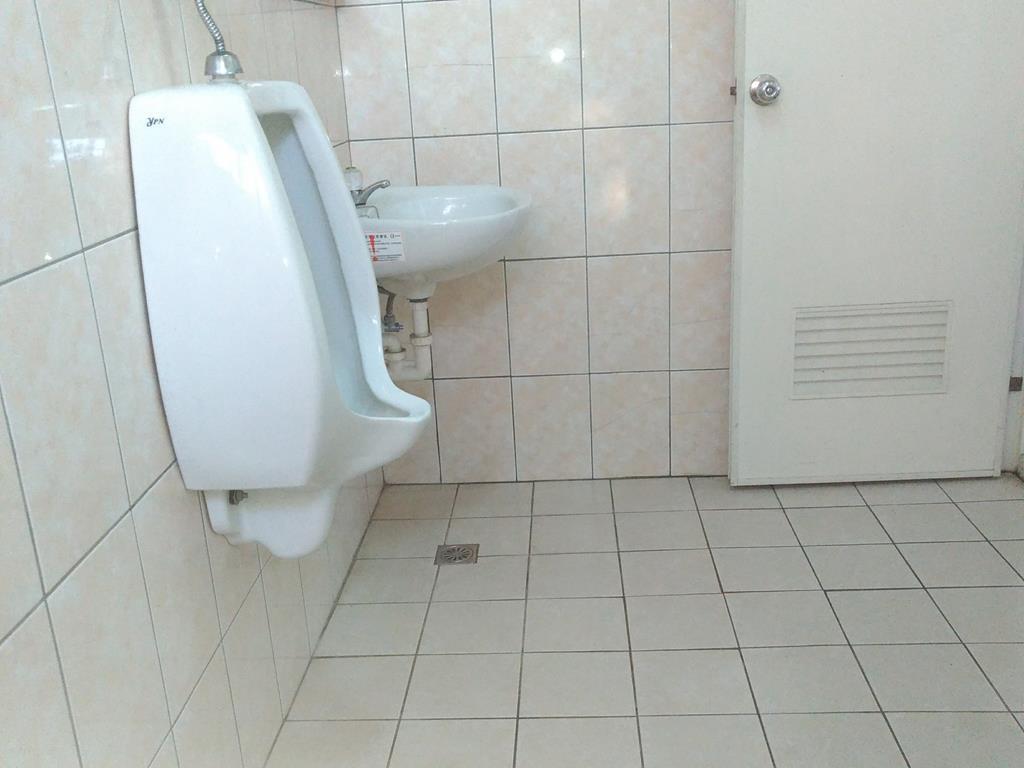 台中市潭子區推薦修車廠龍信汽車修配行廁所