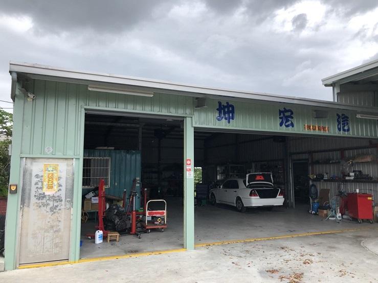 台中市霧峰區推薦維修廠坤宏汽車店門口