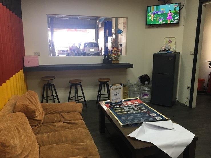 宜蘭礁溪車總管保修廠,乾淨整齊的休息區,備有電視提供車主觀看使用