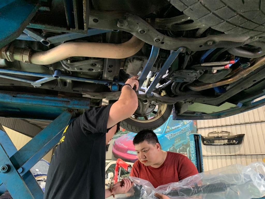 新北市中和區推薦維修廠順騰汽車老班親自檢查