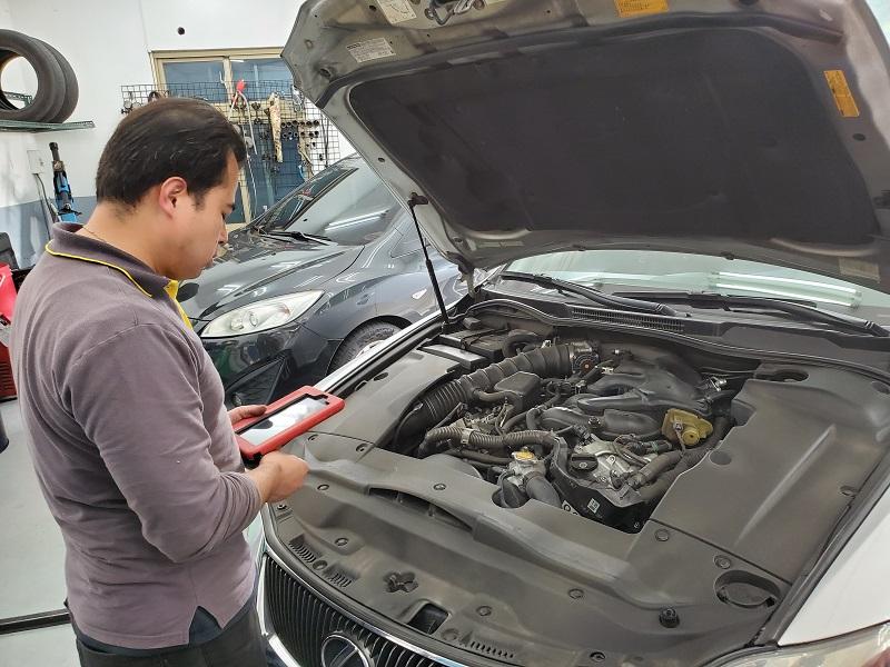 普利擎汽車專業保養中心台北台大店 周店長使用電腦設備初檢車輛