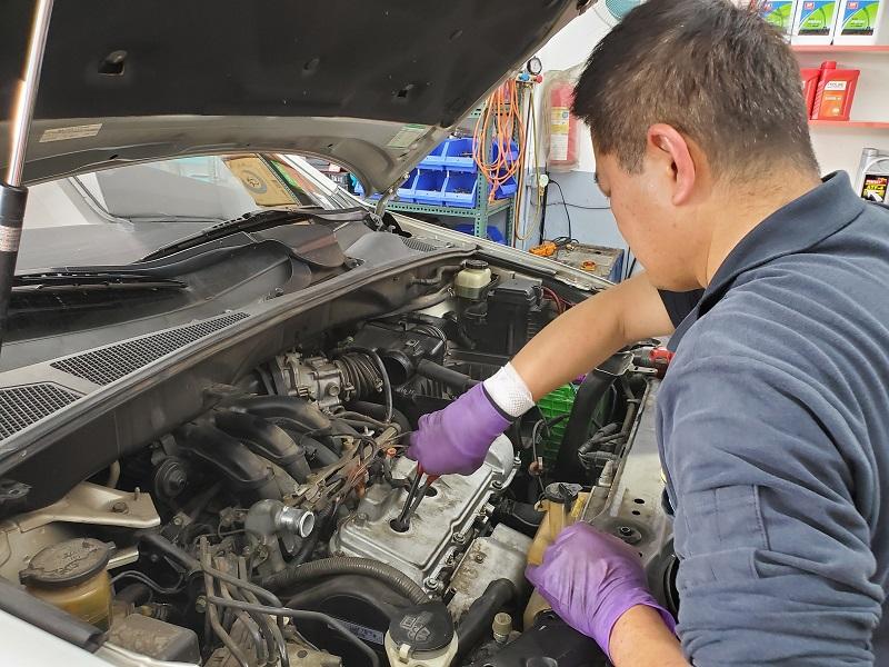 普利擎汽車專業保養中心台北台大店 技師更換汽油蓋墊片
