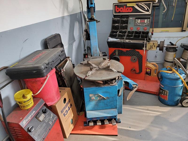 普利擎汽車專業保養中心台北台大店 備有拆胎機、輪胎平衡機