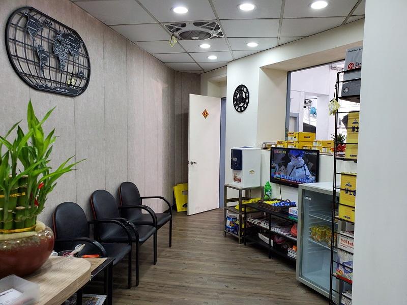 普利擎汽車專業保養中心台北台大店 客戶休息區精巧明亮