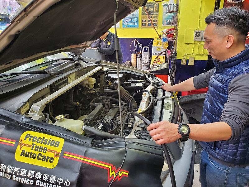 普利擎汽車專業保養中心台北景美店 店長使用活氧機活化引擎