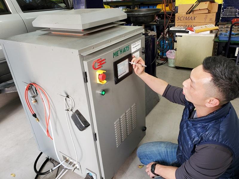 普利擎汽車專業保養中心台北景美店 店長操作使用引擎活化機