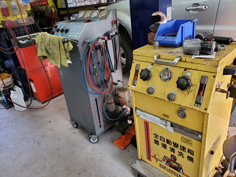 普利擎汽車專業保養中心台北景美店 備有全自動變速箱清洗機、冷凍由更換機