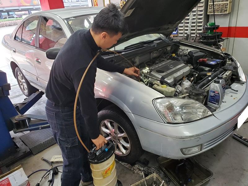 普利擎汽車專業保養中心板橋民生店 技師抽取方向機機油