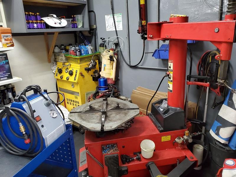 普利擎汽車專業保養中心板橋民生店 備有拆胎機、輪胎平衡機
