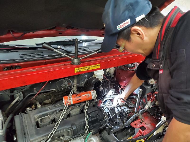 普利擎汽車專業保養中心新竹北大店 技師修理車輛變速箱