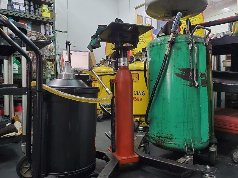 普利擎汽車專業保養中心新竹北大店 備有漏油機、機油油槍設備